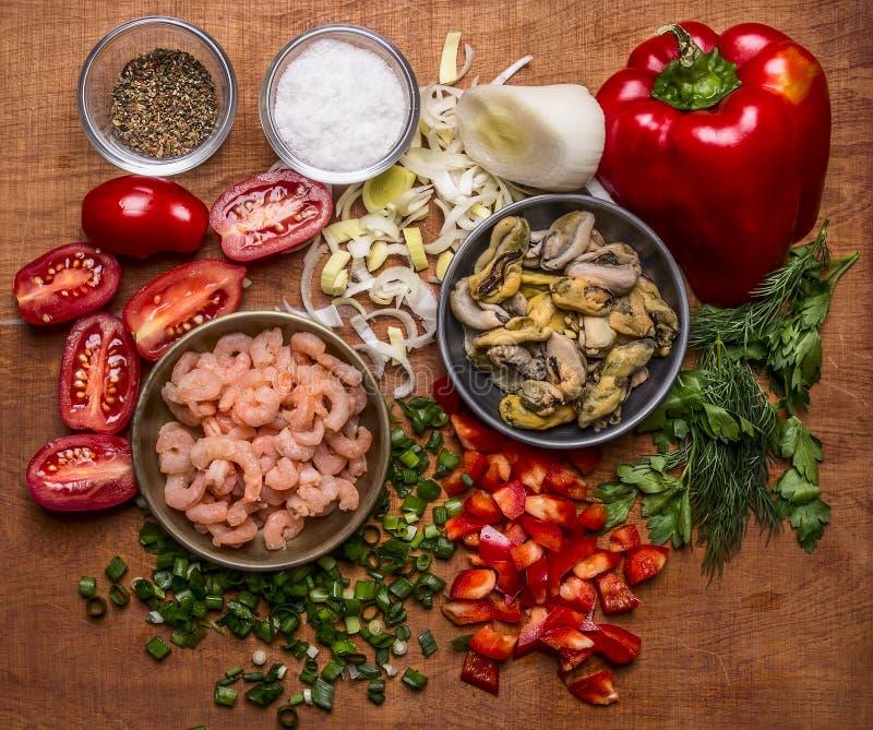 Os ingredientes para cozinhar os tomates do camarão do marisco e de cereja dos mexilhões que temperam a pimenta vermelha desbasta imagem de stock