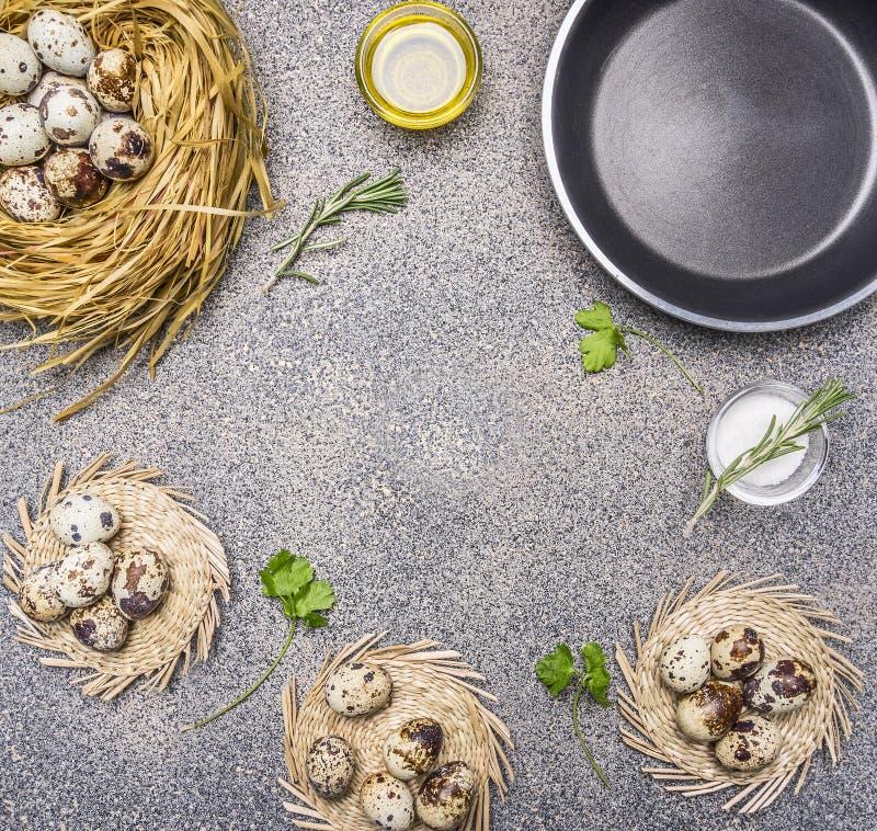 Os ingredientes para cozinhar ovos de codorniz fritados, lugar do óleo e do sal e das ervas para o texto, moldam clos rústicos gr foto de stock