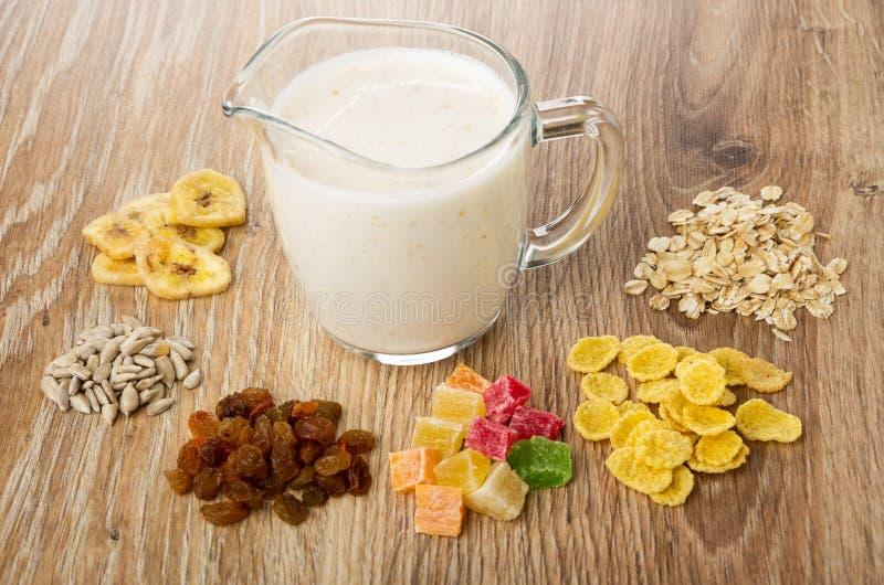 Os ingredientes para o muesli secaram frutos, flocos de milho, farinha de aveia, sementes de girassol, microplaquetas da banana,  fotos de stock
