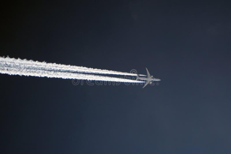 Os insetos das férias do desejo por viajar voam convenientemente sobre a lua no alvorecer imagem de stock royalty free