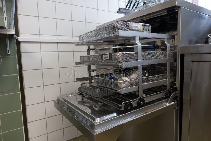 os instrumentos cirúrgicos estão em uma máquina de lavar imagens de stock royalty free
