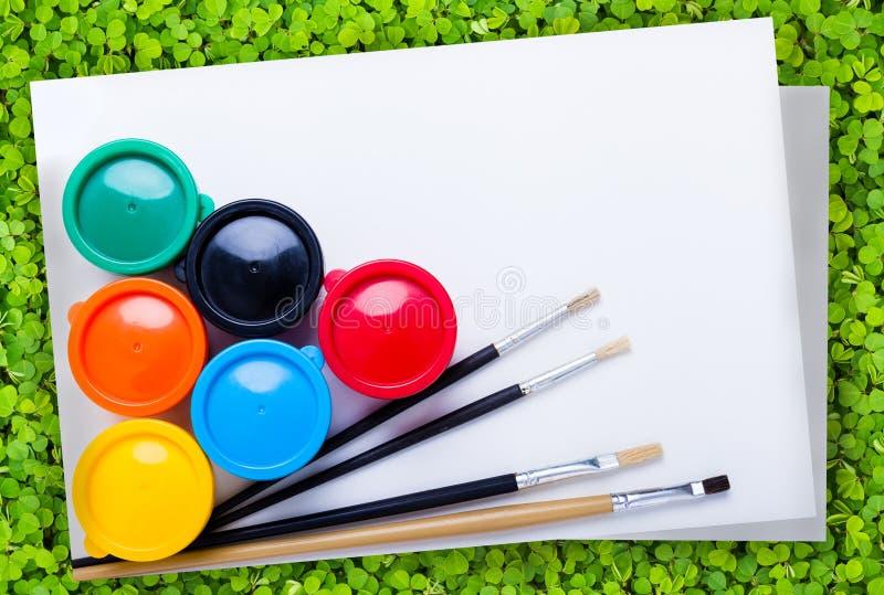 Os instrumentos de desenho de papel e coloridos para criam imaginam imagem de stock