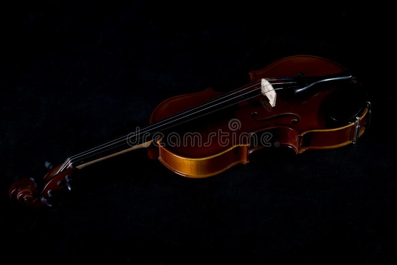 Os instrumentos musicais da orquestra do violino fecham-se isolado acima no preto Fundo da música com violino foto de stock royalty free