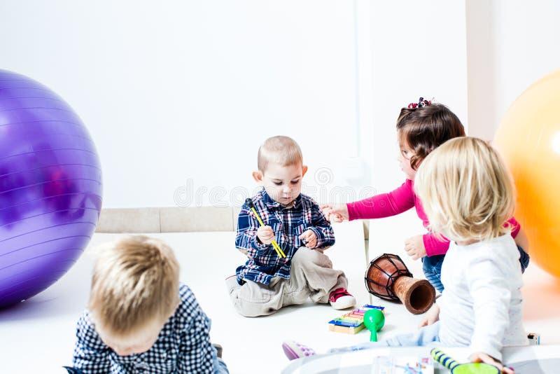 Os instrumentos musicais de jogo de crianças fotografia de stock royalty free