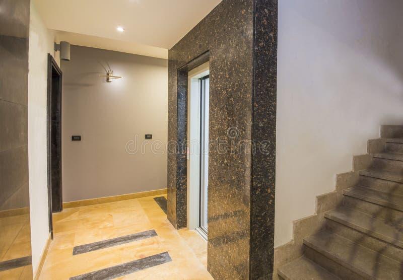 OS intérieur de couloir un immeuble de luxe photo stock
