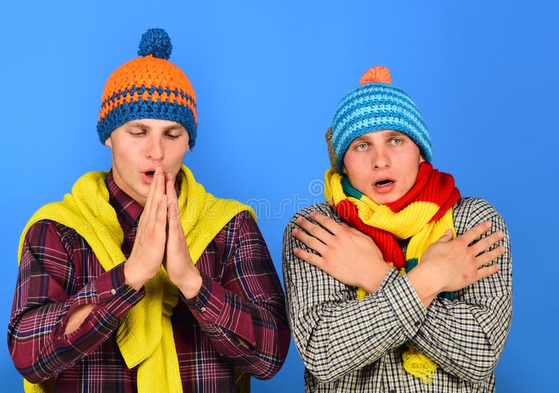 Os irmãos estão frios apreciando o outono Estação do outono e conceito do tempo imagens de stock