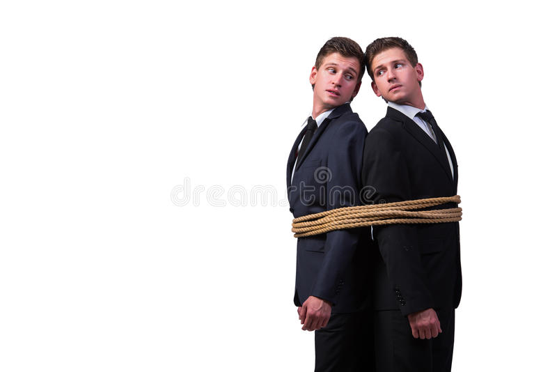 Os irmãos gêmeos amarrados acima com a corda isolada no branco imagens de stock royalty free