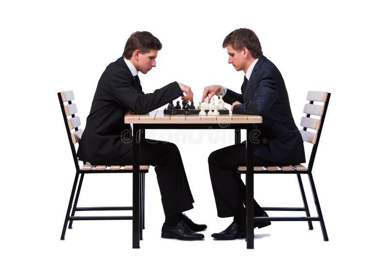 Os irmãos gêmeos que jogam a xadrez isolada no branco imagens de stock royalty free