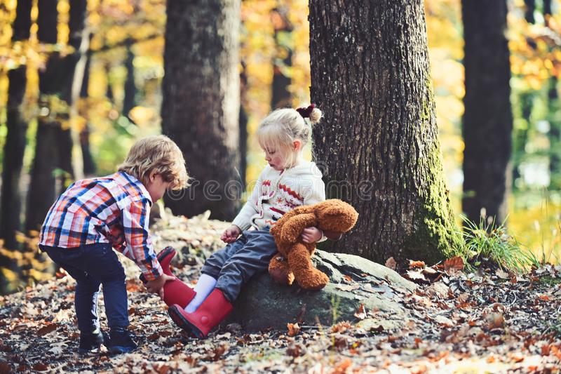 Os irmãos importam-se com se Retrato do irmão que sente inquietação e amor, amigos fotografia de stock