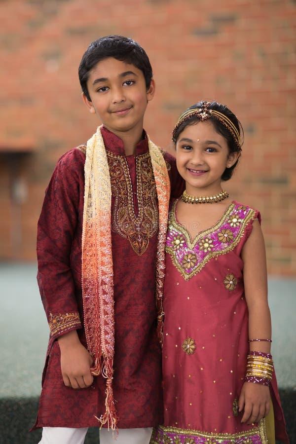 Os irmãos indicam trajes indianos tradicionais foto de stock royalty free