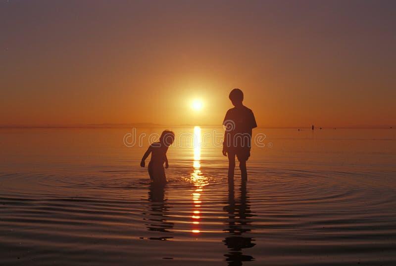 Os irmãos que jogam na água no Great Salt Lake encalham imagens de stock royalty free