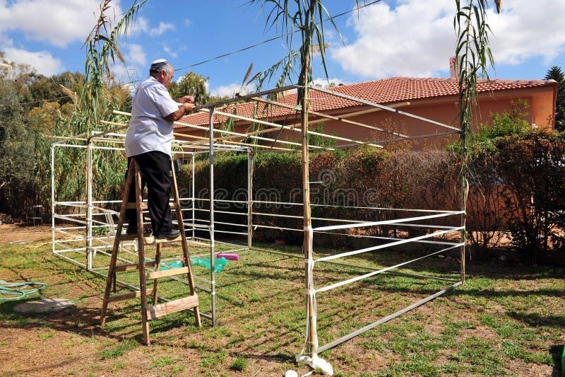 Os israelitas estão preparando-se para o feriado judaico Sukkoth fotografia de stock
