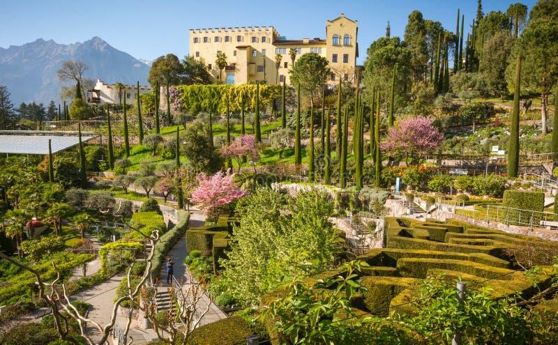 Os jardins botânicos de Trauttmansdorff fortificam, Merano, Tirol sul, Itália, foto de stock royalty free
