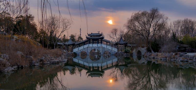 Os jardins chineses refletiram pelo por do sol imagens de stock royalty free