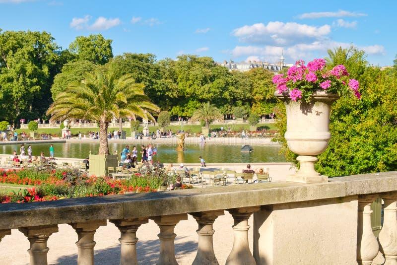 Os jardins de Luxemburgo em Paris em um dia de verão bonito fotografia de stock