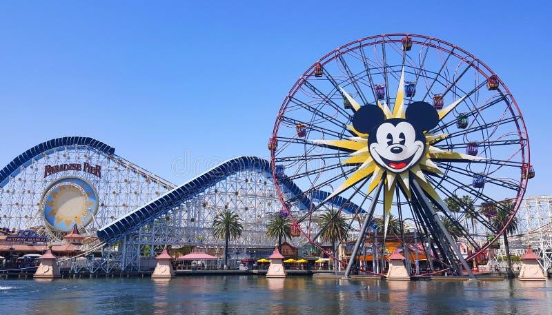 Os jardins do cais e do paraíso de Pixar estacionam no parque de diversões de Disney fotos de stock