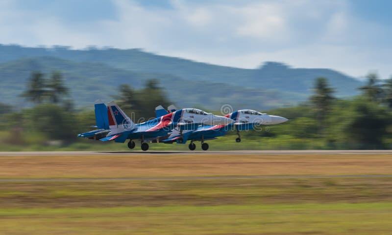 Os jatos de Sukhoi do russo decolam para o airshow em LIMA Expo fotos de stock royalty free