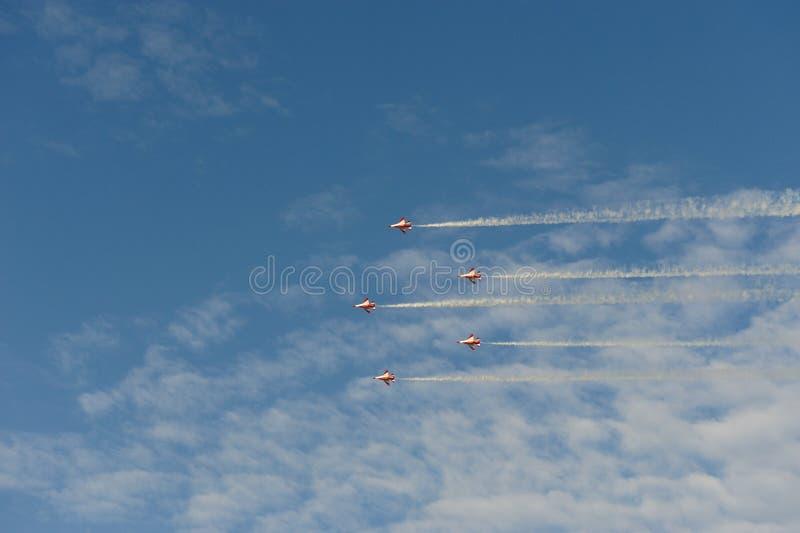 Os jatos voam no céu azul fotografia de stock royalty free