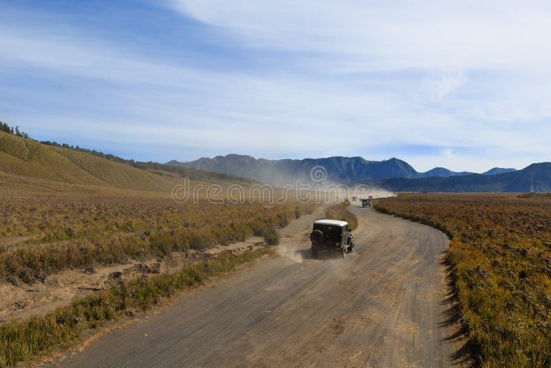 Os jipes passam com o savana da montanha de Bromo fotos de stock royalty free