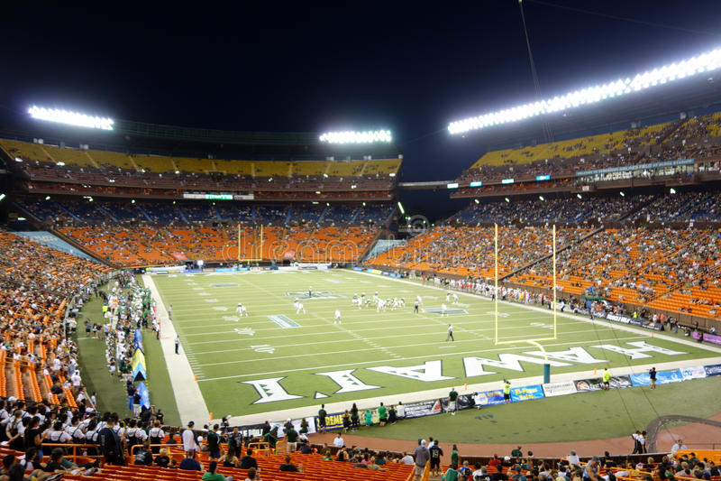 Os jogadores alinham para o jogo através do campo do futebol GA da faculdade fotografia de stock