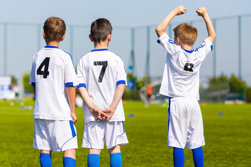 Os jogadores de equipa do esporte da juventude apoiam colegas de equipa no competi dos esportes fotografia de stock royalty free
