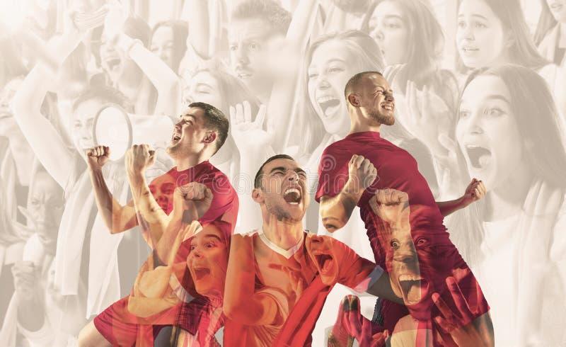 Os jogadores de futebol masculinos são emocionais comemorando a vitória imagem de stock