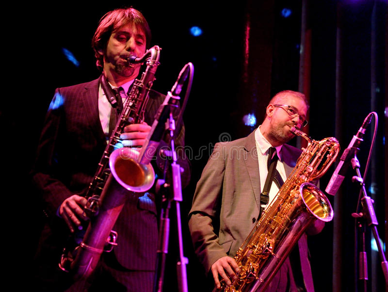 Os jogadores de saxofone do Limboos (ritmo e faixa de azuis) executam no local de encontro de Apolo fotografia de stock royalty free