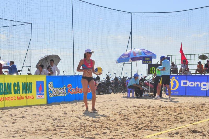 Os jogadores estão jogando em um fósforo no competiam do voleibol de praia das mulheres na cidade de Nha Trang imagens de stock