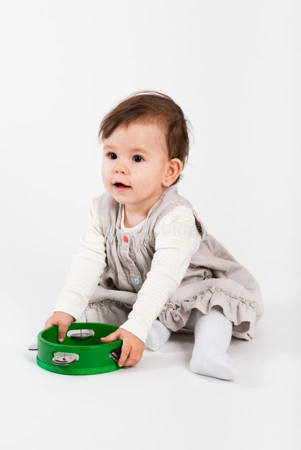 Os jogos da menina com brinquedos de madeira fotografia de stock