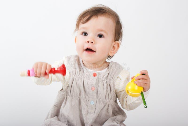 Os jogos da menina com brinquedos de madeira imagem de stock royalty free