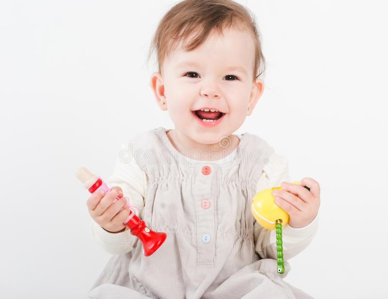 Os jogos da menina com brinquedos de madeira imagem de stock