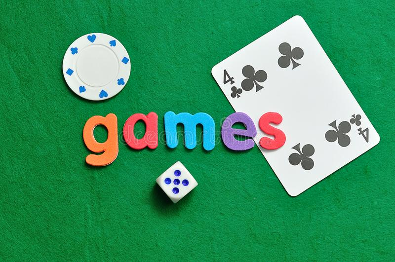 Os jogos de palavras indicados com uns dados, uma microplaqueta de pôquer e um cartão foto de stock royalty free