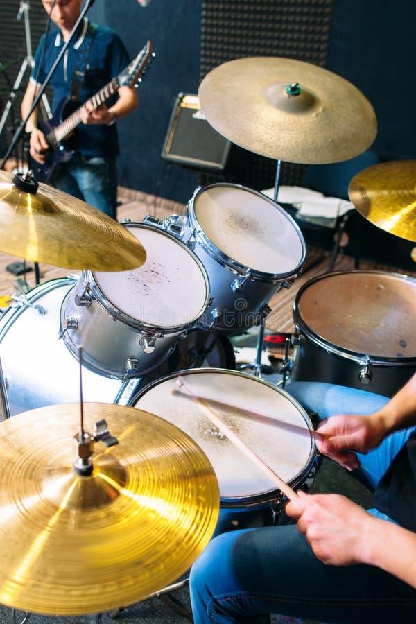 Os jogos do baterista no cilindro ajustaram o close-up vivo imagem de stock royalty free