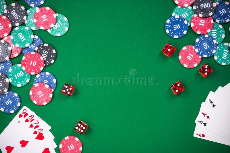 Os jogos do casino relacionaram artigos na tabela verde, espaço da cópia imagem de stock