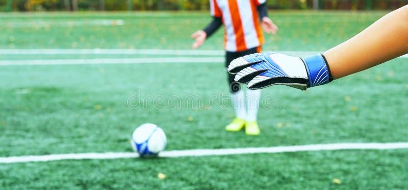 Os jovens borraram o jogador de futebol que toma um pontapé de grande penalidade contra a rede do objetivo fotos de stock royalty free