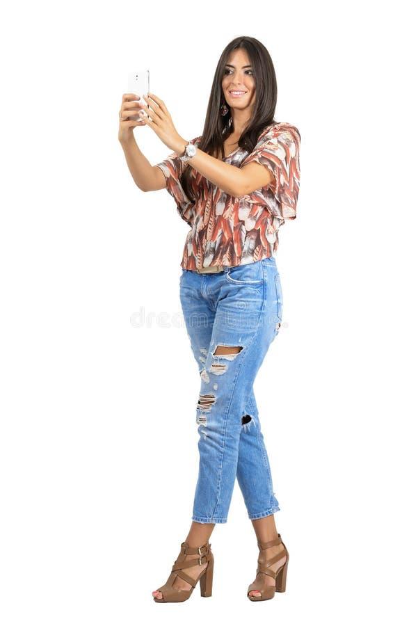 Os jovens bronzearam-se a beleza moreno que toma o selfie com ambas as mãos imagens de stock royalty free