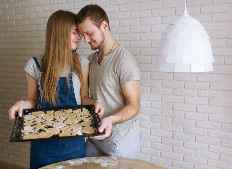 Os jovens cozinham cookies do gengibre para o dia de Valentim do St foto de stock