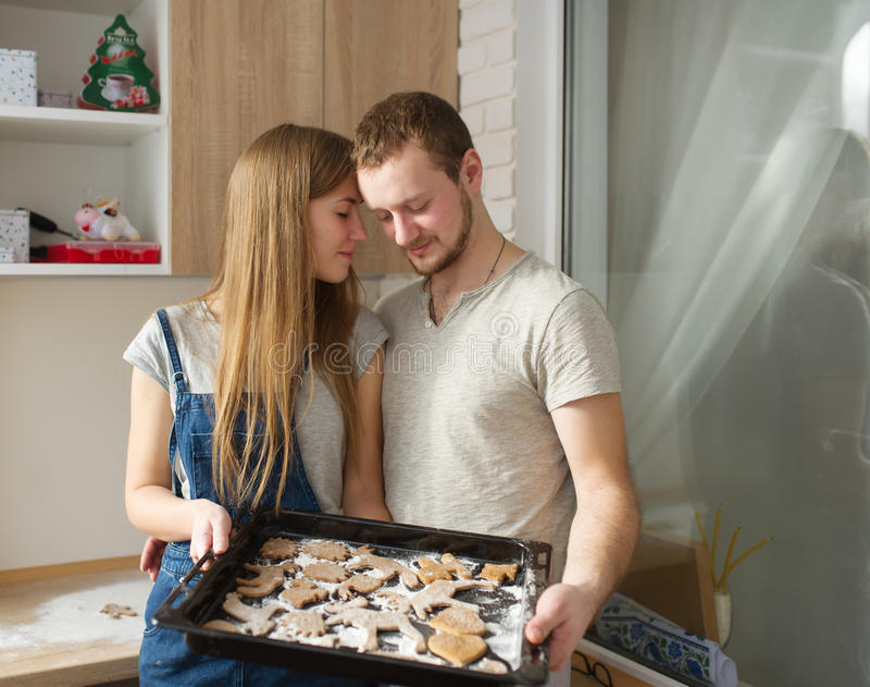 Os jovens cozinham cookies do gengibre para o dia de Valentim do St fotos de stock royalty free
