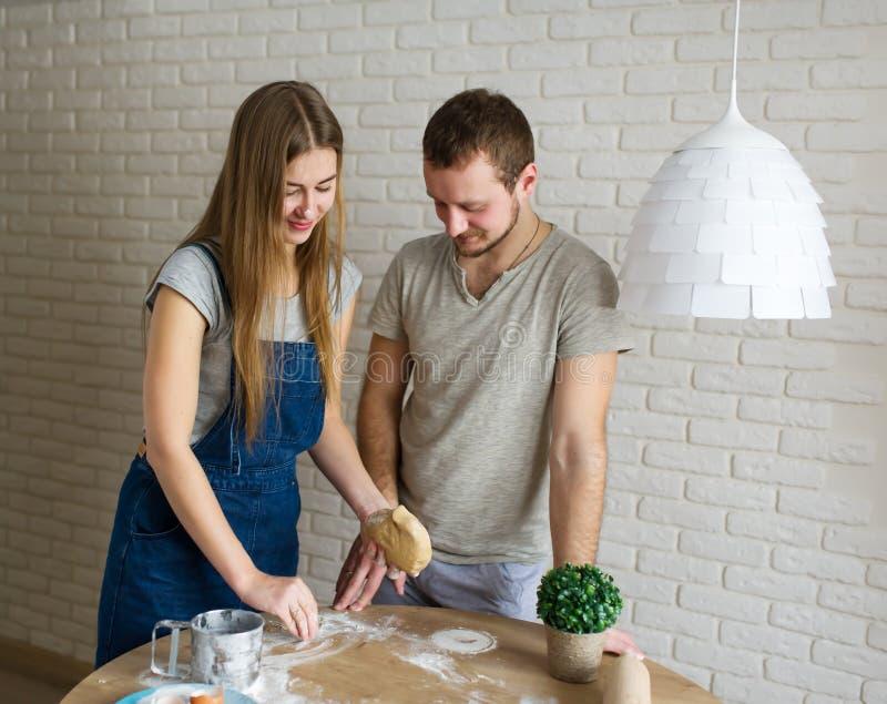 Os jovens cozinham cookies do gengibre para o dia de Valentim do St imagem de stock