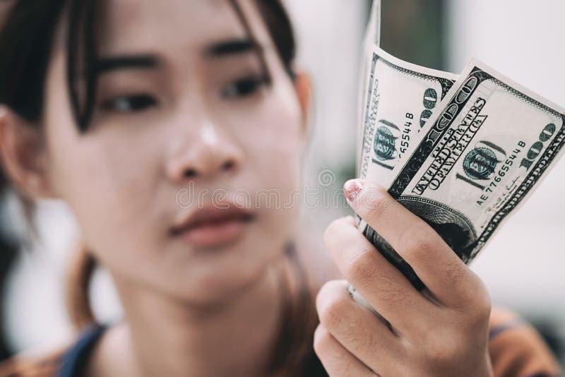Os jovens dão o dinheiro disponível imagem de stock