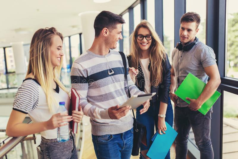 Os jovens est?o estudando junto na universidade foto de stock royalty free
