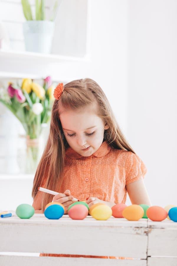 Os jovens focalizaram testes padrões do desenho da menina em ovos tingidos imagens de stock royalty free