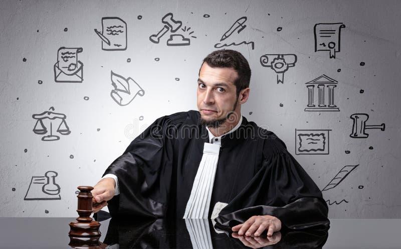 Os jovens julgam com símbolos da corte ao redor imagem de stock royalty free