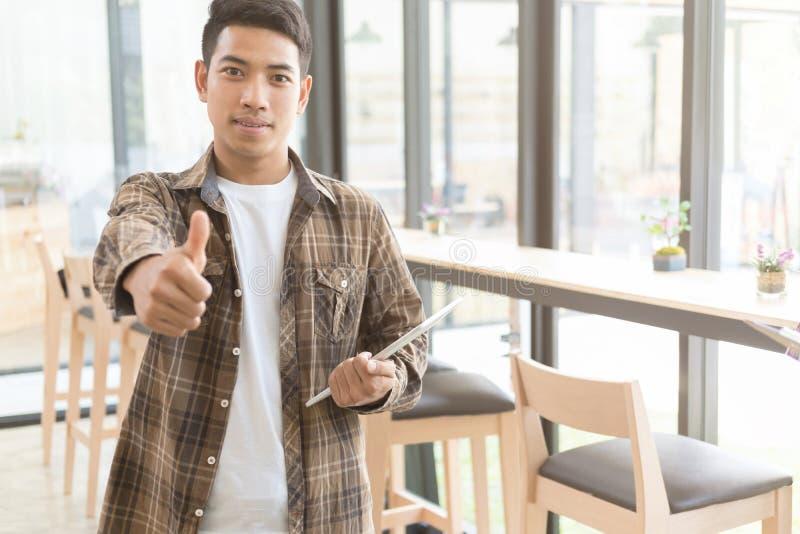 Os jovens motivado bem sucedidos começam acima o homem do empresário guardar a aba fotografia de stock