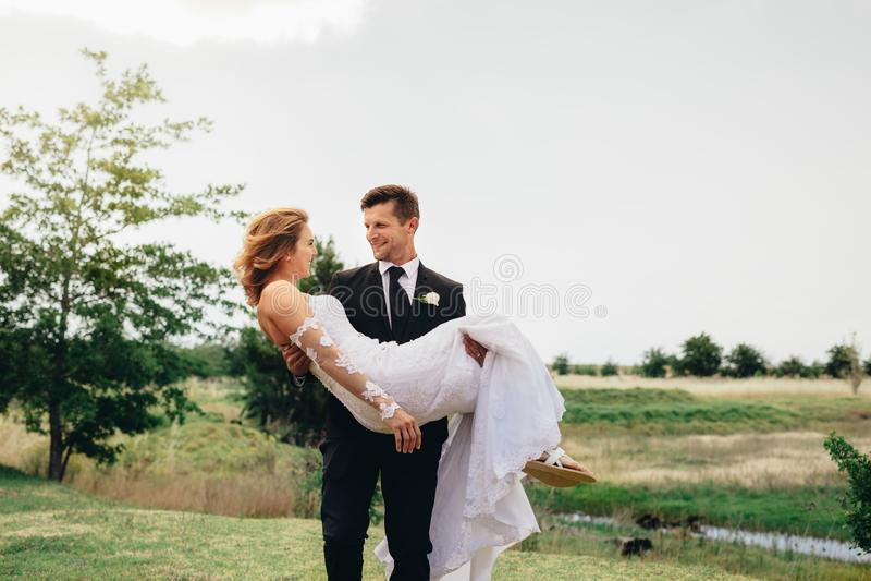Os jovens preparam levar sua esposa bonita foto de stock royalty free