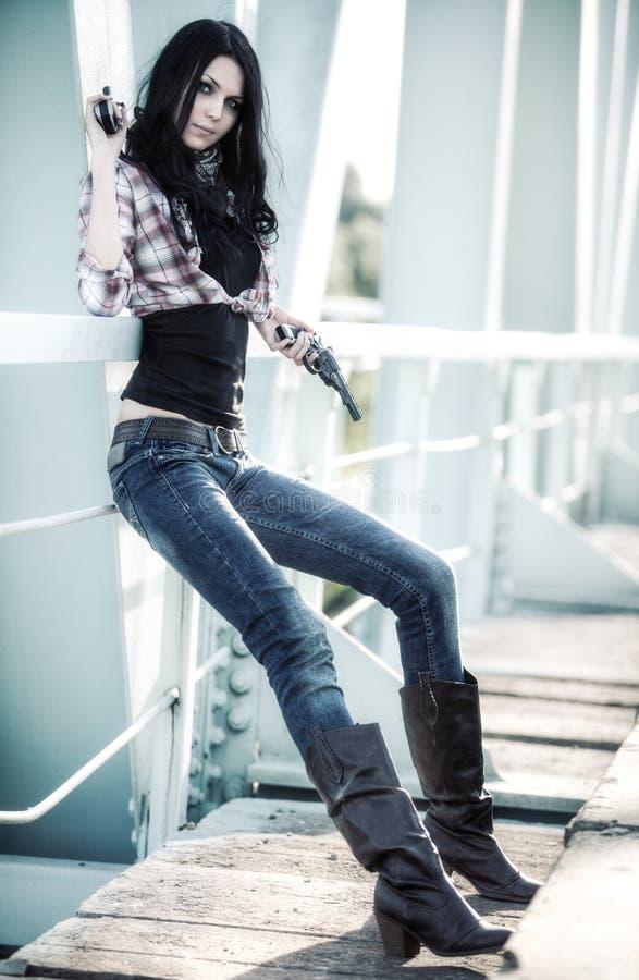 Os jovens slim a mulher com injetores imagens de stock royalty free
