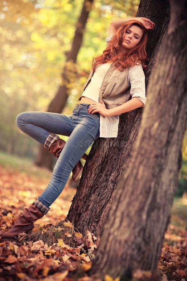 Os jovens slim o retrato do outono da mulher fotos de stock