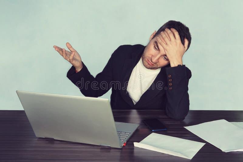 Os jovens surpreenderam o homem com seu laptop, decepção no negócio Problema no trabalho Crise nos processos de negócios unhap imagem de stock royalty free