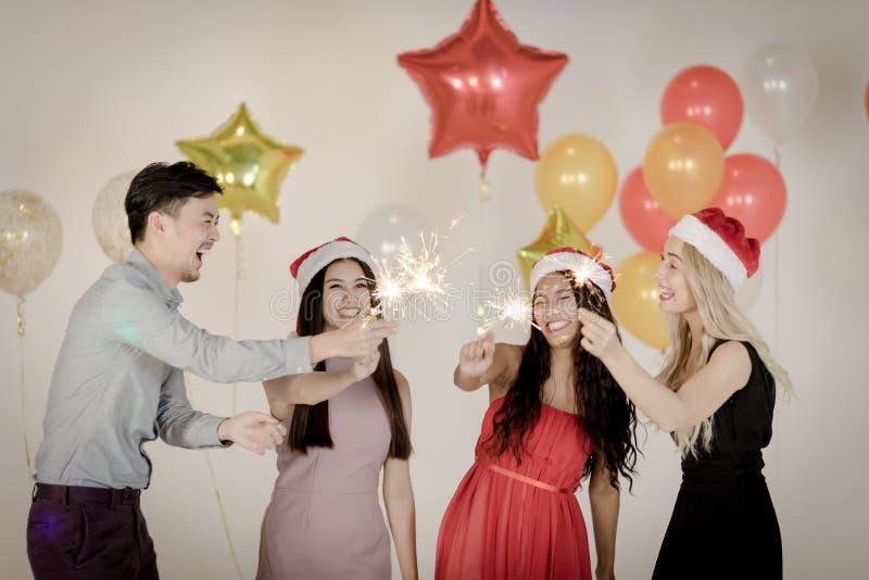 Os jovens têm o divertimento em xmas, partido do ano novo fotografia de stock