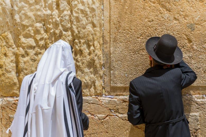 Os judeus ortodoxos religiosos pray na parede ocidental Jerusalem, Israel fotos de stock